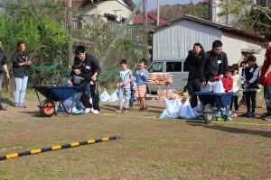 3一輪車で土嚢運びゲーム
